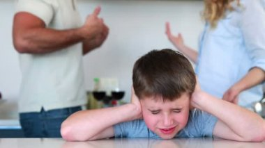 少年は両親の戦いからのノイズを遮断 — ストックビデオ