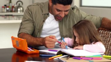 Little girl drawing at the table with her father — Stock Video