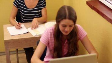 Ders sırasında öğrenci — Stok video