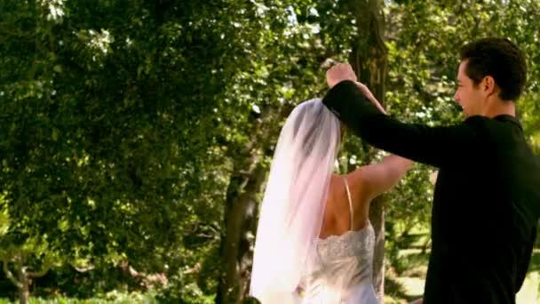 Heureux mariés dansant dans le parc — Vidéo