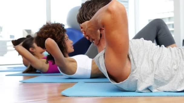 Clase de aptitud sentados sobre esteras del ejercicio — Vídeo de stock