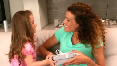 Little girl giving a gift to her mother — Vidéo