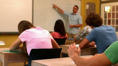 étudiant mettant leva la main en classe — Vídeo de Stock
