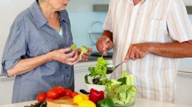 Senior couple preparing a healthy salad — Stock Video