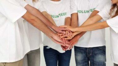 Wolontariuszy, łącząc ręce — Wideo stockowe