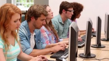 Students working in computer room with lecturer — Vídeo de stock