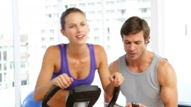 Trainer timing his client on exercise bike — Stock Video