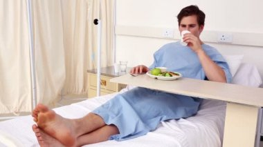 Patient sitting in bed having his lunch — Vídeo de stock