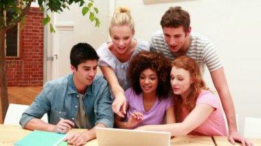студенты, используя ноутбук, чтобы выиграть что-то — Стоковое видео