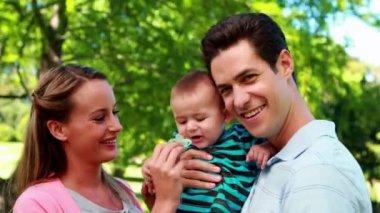 Gururlu anne bebek evlat holding — Stok video