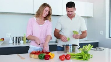 Couple preparing a healthy dinner together — Vidéo