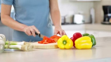 Woman preparing vegetables on the chopping board — Stock Video