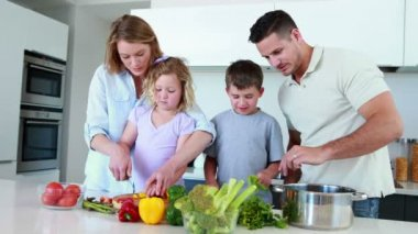 Family preparing a healthy dinner together — Stockvideo
