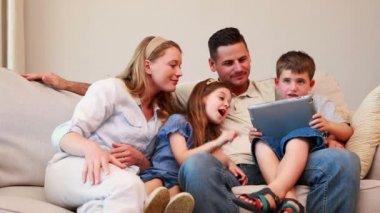Tablet pc kullanma kanepede oturan aile — Stok video