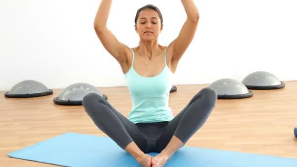 Brunette fit faire du yoga sur tapis d'exercice — Vidéo