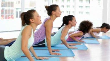 Yoga class in fitness studio — Stock Video
