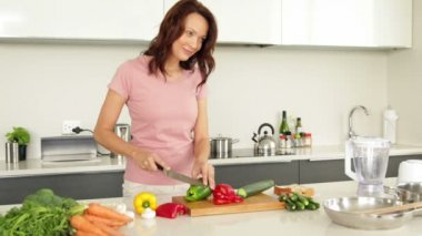 Pretty woman chopping vegetables — 图库视频影像