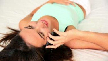 美女躺在床上谈电话 — 图库视频影像