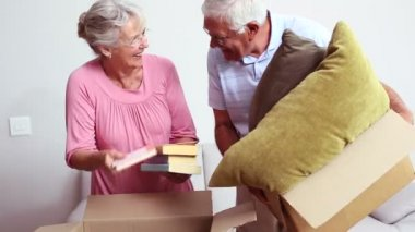 Senior couple packing their belongings — Stock Video