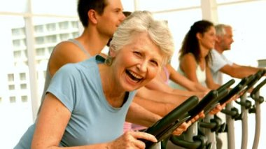 Happy spinning class in fitness studio — Vídeo Stock