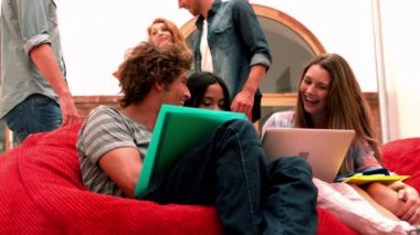 Students relaxing in common room — Stock Video