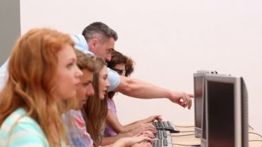 Students working in computer room with lecturer — Vídeo Stock