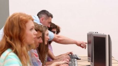 Students working in computer room with lecturer — Wideo stockowe