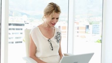 Businesswoman using video chat on laptop — Stock Video