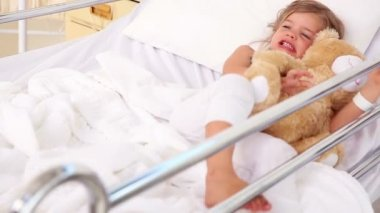 Little girl lying in hospital bed — Stock Video