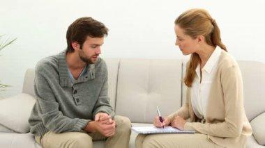 Konuşma terapisti için genç adam — Wideo stockowe