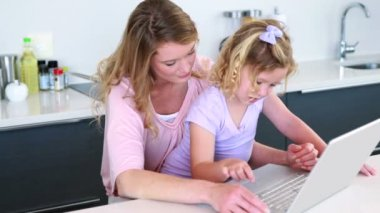 Mother and daughter using laptop together — Stock Video