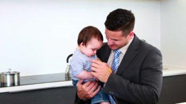 Padre con su hijo antes de trabajar en la mañana — Vídeo de stock