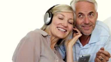Mature couple listening to music together — 图库视频影像
