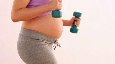 孕妇举哑铃 — 图库视频影像