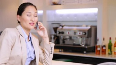 Asian businesswoman chatting on her phone — Stock Video