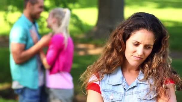 Bouleversé la regarder écraser flirter avec une autre fille de fille — Vidéo