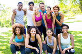 Vrienden in sportkleding op park — Stockfoto