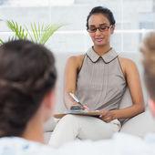 Terapeuta parlando con coppia sul divano e prendere appunti — Foto Stock