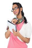 серьезный прохладно молодая женщина, писать в блокноте — Стоковое фото