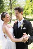 Braut und bräutigam tanzen — Stockfoto
