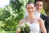 Bruden och brudgummen i trädgården — Stockfoto