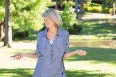 Kadın parkta müzik dinleme — Stok fotoğraf