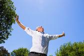Biznesmen z rozpostartymi ramionami — Zdjęcie stockowe
