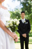 Bride holding bouquet with groom — Foto Stock
