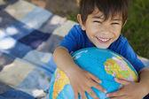 макро портрет милый мальчик, холдинг глобус — Стоковое фото