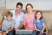 Genitori e figli con portatile — Foto Stock