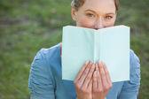 красивая женщина с книгой в парке — Стоковое фото
