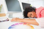 Artista femenina con cabeza descansando en el teclado — Foto de Stock