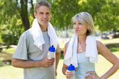 Fit couple in the park — Stock Photo