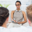 Therapist talking with couple on the couch — Stockfoto